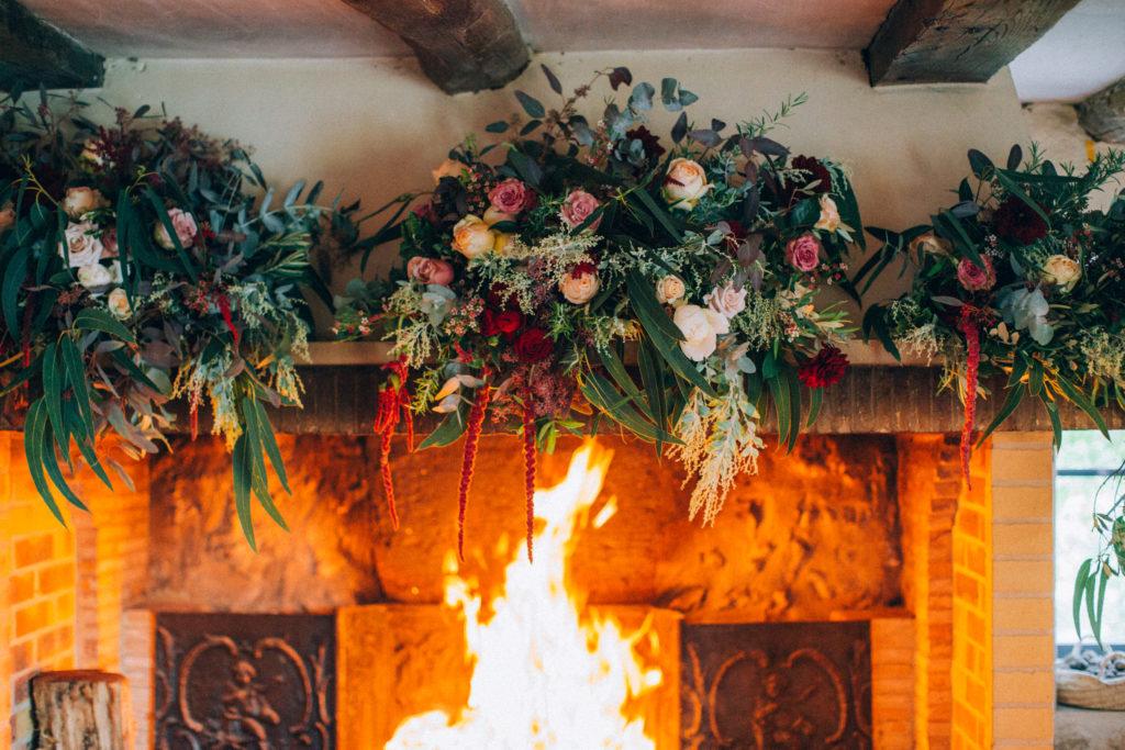 feu de cheminée avec décoration nature fleurie